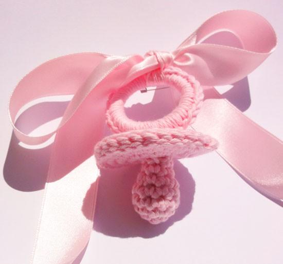 Chupete de ganchillo rosa bebé
